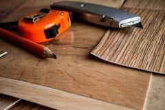 Proben des Linoleums Schnitt und Legen von Fußbodenbelag stockfotos