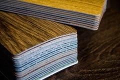 Proben des Linoleums Schnitt und Legen von Fußbodenbelag Stockbild