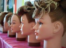 Proben von hairdresses auf Attrappen in einem hairdressin Stockfotografie