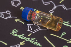 Probieren Sie Phiole auf schwarzem Papier mit chemischer Formel Stockbilder