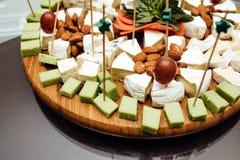 Probierenkäseteller Köstlicher Käse auf dem Tisch Tabelle setti lizenzfreies stockfoto