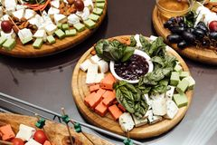 Probierenkäseteller Köstlicher Käse auf dem Tisch Tabelle setti stockbild