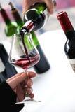 Probierenwein in einem wvinery Lizenzfreie Stockfotos