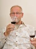 Probierenweine des älteren Mannes stockbilder