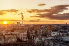 Problème écologique de pollution environnementale et d'air dans de grandes villes Coucher du soleil ensoleillé Pollution atmosphé Photo libre de droits