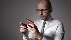 Problème avec le paiement par la carte de crédit par l'intermédiaire de l'Internet L'homme d'affaires ne peut pas effectuer le pa clips vidéos
