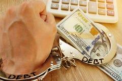 Problèmes avec la dette Main en menottes et argent photos libres de droits