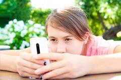 Problèmes d'adolescent Jeune fille dépendante au technologi social de media Photographie stock libre de droits