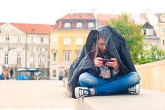Problèmes d'adolescent Jeune fille dépendante au technologi social de media Images stock