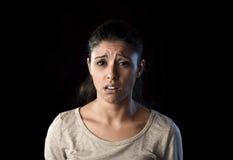 Problèmes de souffrance frustrés pleurants attrayants de femme latine triste et désespérée dans la tristesse et l'effort Photographie stock
