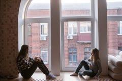 Problèmes femelles d'amitié Humeur sombre Photographie stock libre de droits