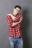 Problèmes musculaires pour l'homme sportif tenant ses bras Photographie stock libre de droits