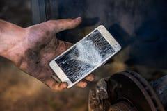 Probleem in de arbeider van de autodienst - brak smartphone royalty-vrije stock fotografie