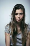 Problem depressioned nastoletniego z bałaganiącą włosianą i smutną twarzą obraz stock
