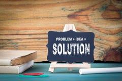 Problem, Idee, Lösung getrennte alte Bücher kleines hölzernes Brett mit Kreide auf dem Tisch Stockfotografie