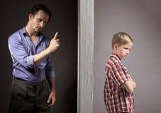 Problem mellan fadern och sonen royaltyfri foto