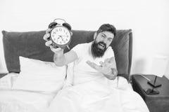 Problem mit dem fr?hen Morgen weckend Stehen Sie mit Wecker auf Wieder verschlafen Spitzen f?r fr?h aufwachen Tipps f?r lizenzfreie stockbilder