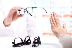 Problema all'ottico Rifiuti infelici del cliente da provare fotografia stock