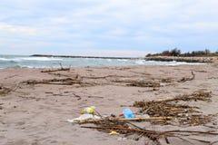 Problema ambientale Concetto di ecologia plastica sulla spiaggia Immondizia rovesciata sulla spiaggia fotografia stock
