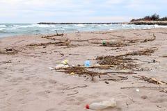 Problema ambientale Concetto di ecologia plastica sulla spiaggia Immondizia rovesciata sulla spiaggia fotografia stock libera da diritti