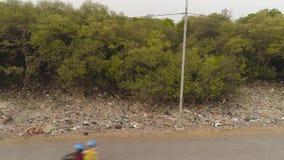 Problema con basura en Asia Java, Indonesia almacen de metraje de vídeo