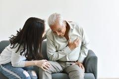 Problema de enfermedad del ataque del corazón en el viejo hombre, hombre asiático mayor con la mano en gesto del pecho foto de archivo