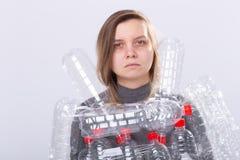 Problema de la contaminación y protección del medio ambiente plásticos Mujer cansada débil con las botellas plásticas Ahorre el c imágenes de archivo libres de regalías
