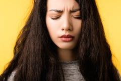 Problema de la tensi?n del dolor de cabeza del dolor de la cara de la mujer que frunce el ce?o fotografía de archivo