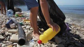 Problema dell'inquinamento ambientale, offrentesi volontariamente e riciclante concetto archivi video