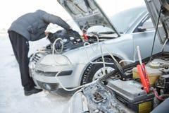 Problema della batteria del dispositivo d'avviamento dell'automobile nelle condizioni atmosferiche di freddo di inverno Fotografie Stock
