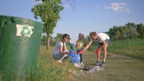 Problema di inquinamento di plastica, giovane famiglia con le cure della ragazza del bambino circa la natura di ecologia e raccog stock footage
