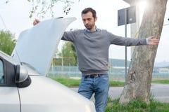 Problema di ripartizione del motore di automobile e dell'uomo Immagini Stock Libere da Diritti