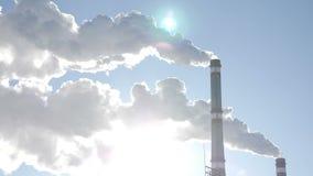 Problema di riscaldamento globale Fumo bianco dal camino della stanza dello stationboiler di potere termico, centrale elettrica t video d archivio