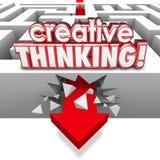 Problema di soluzione di pensiero creativo che si schianta attraverso Maze Arrow Immagini Stock Libere da Diritti
