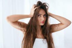 Problema do cabelo Mulher com cabelo longo seco e danificado foto de stock royalty free