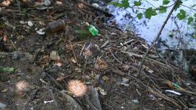 Problema ecologico L'immondizia e la plastica imbottiglia il fiume, inquinamento ambientale video d archivio