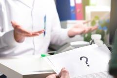 Problema médico Documento paciente de la atención sanitaria de la lectura foto de archivo libre de regalías