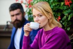 Problema no relacionamento mulher e homem com barba para relaxar no caf? Pares no amor na data rom?ntica Primeiramente reuni?o da fotografia de stock