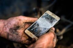 Problema no trabalhador do serviço do carro - quebrou o smartphone fotos de stock