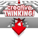 Problema que soluciona del pensamiento creativo que se estrella a través de Maze Arrow Imágenes de archivo libres de regalías