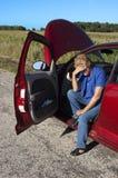 Problema sênior maduro do carro da mulher, avaria da estrada Fotografia de Stock