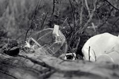 problema social do conceito do lixo e da poluição ambiental com resíduos plásticos fotografia de stock royalty free