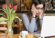 Problemas com um laptop fotografia de stock royalty free