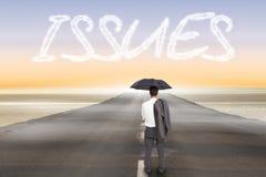 Problemas contra el camino que lleva hacia fuera al horizonte Imagenes de archivo