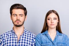 Problemas de la desconfianza y del tramposo El par enfadado está ignorando cada uno más allá del horizonte fotografía de archivo libre de regalías