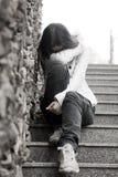 Problemas de las adolescencias. Mujer joven solamente en la ciudad fotografía de archivo