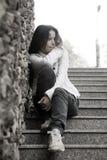 Problemas de las adolescencias. Mujer joven solamente en la ciudad Imágenes de archivo libres de regalías