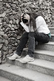 Problemas de las adolescencias. Mujer joven solamente en la ciudad Imagen de archivo libre de regalías