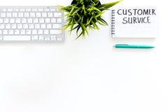 Problemas de negocio Concepto del servicio de atención al cliente Redacta el servicio de atención al cliente escrito en cuaderno  foto de archivo