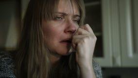 Problemas de salud para la mujer joven que estornuda en la cocina almacen de video